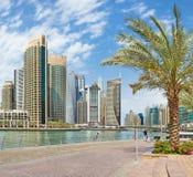 迪拜,阿拉伯联合酋长国- 2017年3月24日:小游艇船坞和散步摩天大楼  库存图片