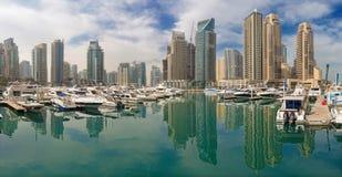 迪拜,阿拉伯联合酋长国- 2017年3月22日:小游艇船坞和游艇旅馆  免版税库存照片