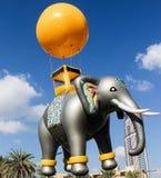 迪拜,阿拉伯联合酋长国- 2015年11月28日:巨型气球灰色大象 游行庆祝第44周年国庆节阿联酋 库存照片
