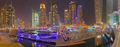 迪拜,阿拉伯联合酋长国- 2017年3月22日:晚上小游艇船坞散步 免版税库存图片
