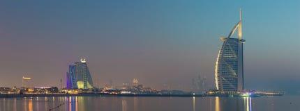 迪拜,阿拉伯联合酋长国- 2017年3月30日:有Burj Al阿拉伯人的晚上地平线全景和Jumeirah使旅馆靠岸 免版税库存照片
