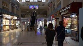 迪拜,阿拉伯联合酋长国- 2018年1月18日:走在豪华jewelery商店的旅游家庭在迪拜市 著名金市与 股票录像