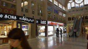 迪拜,阿拉伯联合酋长国- 2018年1月18日:走在豪华jewelery里面的欧洲游人在金市上购物在迪拜市 股票视频