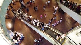 迪拜,阿拉伯联合酋长国- 2019年4月17日:迪拜购物中心内部与通过由和使用移动的台阶的许多访客 股票视频