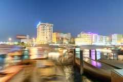 迪拜,阿拉伯联合酋长国- 2016年12月9日:Deira楼ref夜视图  免版税图库摄影