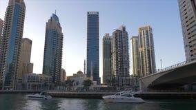 迪拜,阿拉伯联合酋长国- 2018年1月11日:漂浮在通过步行码头和穆斯林清真寺的迪拜运河的豪华游艇都市的 股票录像