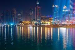 迪拜,阿拉伯联合酋长国2013年10月, 30日:在迪拜喷泉附近的区域 库存图片