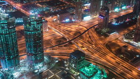 迪拜,阿拉伯联合酋长国- 2017年5月:著名高速公路交叉点和企业海湾摩天大楼风景空中timelapse迪拜视图  股票视频