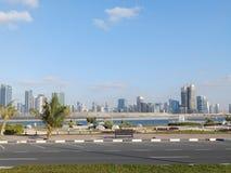 迪拜,阿拉伯联合酋长国- 2014 2月02日,全视图迪拜小游艇船坞 在3公里的人为通道长度城市沿Th的 免版税库存照片