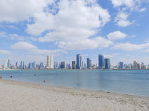 迪拜,阿拉伯联合酋长国- 2014 2月02日,在迪拜小游艇船坞靠岸和摩天大楼 免版税库存照片