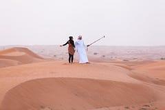 迪拜,阿拉伯联合酋长国- 2014年5月11日, :徒步旅行队-驾驶在沙漠, tradi 免版税库存照片