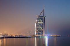 迪拜,阿拉伯联合酋长国- 2017年3月30日:与Burj Al阿拉伯人和小游艇船坞的晚上地平线在背景中耸立 免版税图库摄影