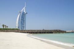 迪拜,阿拉伯联合酋长国- 2016年10月14日:偶象Burj Al阿拉伯旅馆 在一个人被修造做海岛,在wo的唯一的7星 免版税库存图片
