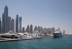 迪拜,阿拉伯联合酋长国- 2016年5月15日:在塔前面的小船 免版税库存图片