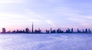迪拜,阿拉伯联合酋长国- 2016年12月17日:在日落以后的迪拜地平线 图库摄影
