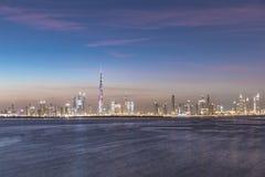 迪拜,阿拉伯联合酋长国- 2016年12月17日:在日落以后的迪拜地平线 免版税库存图片