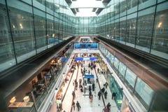 迪拜,阿拉伯联合酋长国- 2015年12月25日:在机场里面的免税区域 免版税库存照片