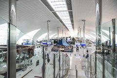 迪拜,阿拉伯联合酋长国- 2015年12月25日:大轻的大厅在迪拜机场 库存图片