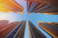 迪拜,阿拉伯联合酋长国- 2013年11月30日:天空的背景的摩天大楼在迪拜小游艇船坞 免版税库存照片