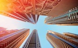 迪拜,阿拉伯联合酋长国- 2013年11月30日:天空的背景的摩天大楼在迪拜小游艇船坞 库存图片