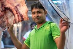 迪拜,阿拉伯联合酋长国- 2016年7月16日:对窗口显示的Buther垂悬的肉 库存图片
