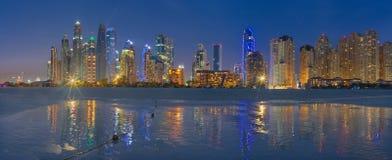 迪拜,阿拉伯联合酋长国- 2017年3月28日:小游艇船坞晚上地平线从海滩耸立 库存照片