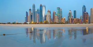 迪拜,阿拉伯联合酋长国- 2017年3月28日:小游艇船坞晚上地平线从海滩耸立 免版税库存照片