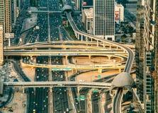迪拜,阿拉伯联合酋长国- 2015年12月08日:扎耶德回教族长高速公路路鸟瞰图在迪拜 免版税库存照片