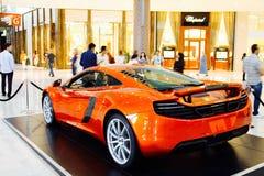 迪拜,阿拉伯联合酋长国- 2012年9月23日:橙色迈凯轮跑车被陈列在迪拜购物中心里面 免版税图库摄影