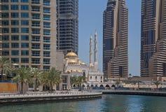 迪拜,阿拉伯联合酋长国- 2016年5月15日:清真寺在区小游艇船坞 免版税库存图片