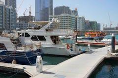 迪拜,阿拉伯联合酋长国- 1月2018 22日:现代大厦在迪拜小游艇船坞,迪拜,阿拉伯联合酋长国 免版税库存图片