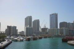 迪拜,阿拉伯联合酋长国- 1月2018 22日:现代大厦在迪拜小游艇船坞,迪拜,阿拉伯联合酋长国 免版税库存照片