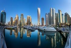 迪拜,阿拉伯联合酋长国- 10月12日:现代大厦在迪拜小游艇船坞,迪拜 库存照片