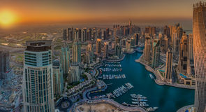 迪拜,阿拉伯联合酋长国- 10月12日:现代大厦在迪拜小游艇船坞,迪拜 免版税库存照片
