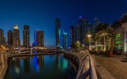迪拜,阿拉伯联合酋长国- 10月15日:现代大厦在迪拜小游艇船坞,迪拜 库存照片