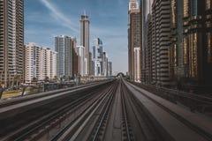 迪拜,阿拉伯联合酋长国- 2017年1月18日:红色地铁线的看法在配音的 库存图片