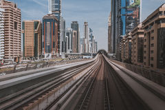 迪拜,阿拉伯联合酋长国- 2017年1月18日:红色地铁线的看法在配音的 免版税库存图片
