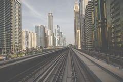 迪拜,阿拉伯联合酋长国- 2017年1月18日:红色地铁线的看法在配音的 免版税图库摄影