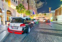 迪拜,阿拉伯联合酋长国- 2016年12月10日:豪华汽车绘与酋长管辖区 免版税库存图片