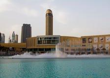 迪拜,阿拉伯联合酋长国- 2012年4月16日:迪拜喷泉的看法在迪拜购物中心旁边的 免版税图库摄影