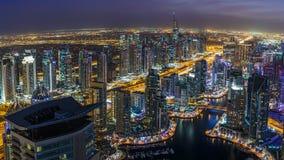迪拜,阿拉伯联合酋长国- 2015年12月14日:迪拜小游艇船坞区全景在与摩天大楼的夜之前 库存照片