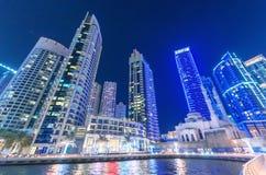 迪拜,阿拉伯联合酋长国- 2015年10月9日:迪拜小游艇船坞夜地平线 ci 库存图片