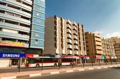 迪拜,阿拉伯联合酋长国- 2015年10月8日:迪拜街道在一美好的天 T 免版税库存照片