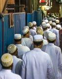 迪拜,阿拉伯联合酋长国- 2016年7月16日:离开清真寺的回教人 免版税库存图片
