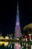 迪拜,阿拉伯联合酋长国- 2016年11月8日:Burj哈利法摩天大楼是最高的在世界上 在大厦摩天大楼的颜色投射 库存照片
