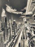迪拜,阿拉伯联合酋长国- 2016年12月11日:Shekh扎耶德路在晚上, aeria 免版税库存图片