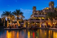 迪拜,阿拉伯联合酋长国- 11月15日:Souk Madinat Jumeirah.Madinat Jumeirah的看法包含29个传统阿拉伯房子两旅馆和成群 免版税图库摄影