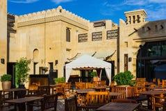 迪拜,阿拉伯联合酋长国- 11月15日:Souk Madinat Jumeirah.Madinat Jumeirah的看法包含29个传统阿拉伯房子两旅馆和成群 图库摄影