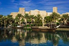 迪拜,阿拉伯联合酋长国- 11月15日:Souk Madinat Jumeirah.Madinat Jumeirah的看法包含29个传统阿拉伯房子两旅馆和成群 库存照片