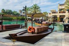 迪拜,阿拉伯联合酋长国- 11月15日:Souk Madinat Jumeirah.Madinat Jumeirah的看法包含29个传统阿拉伯房子两旅馆和成群 免版税库存照片